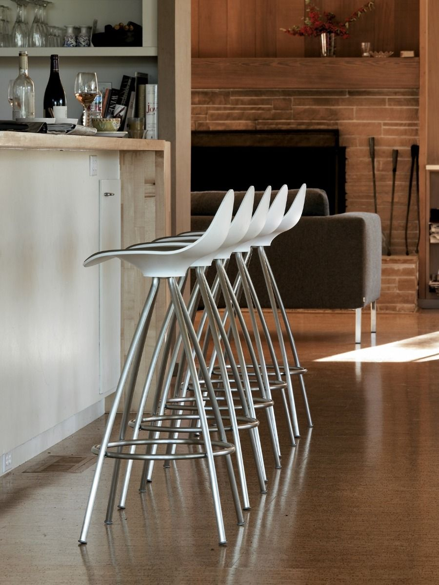 STUA Onda Swivel Bar Stool in black and white