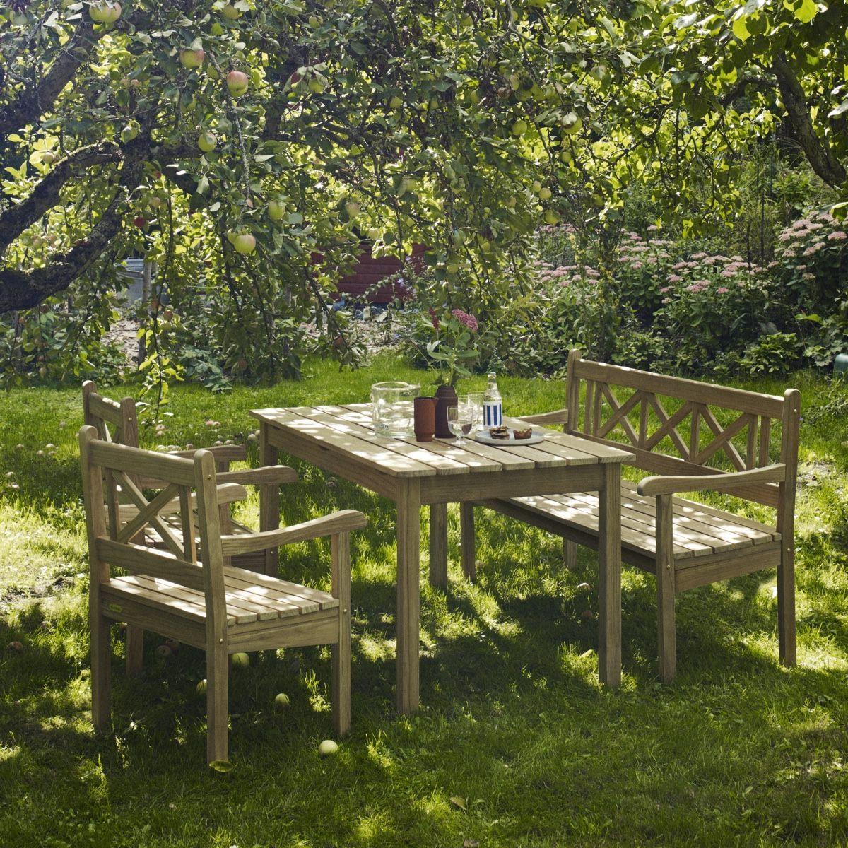 Skagerak Skagen outdoor dining set on in the garden