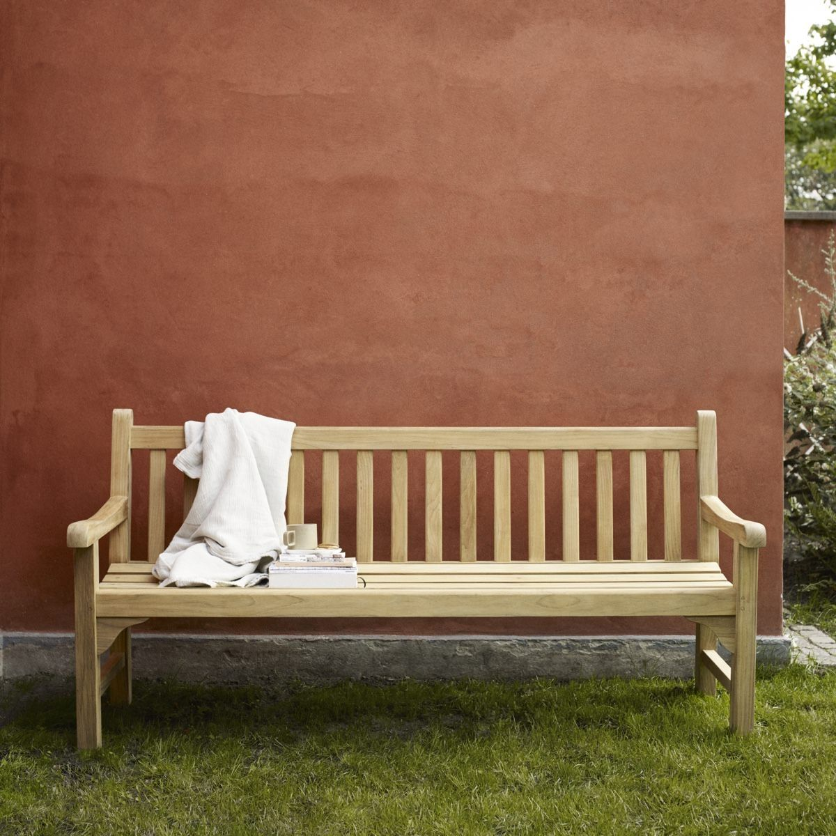 Skagerak England Bench on the lawn