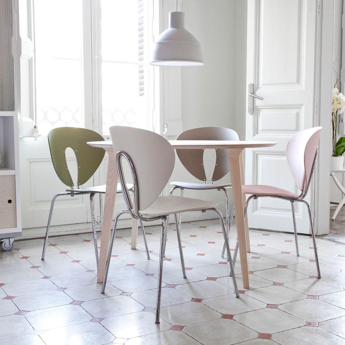 STUA Globus Polypropylene Chair around an ash table in a Spanish apartment