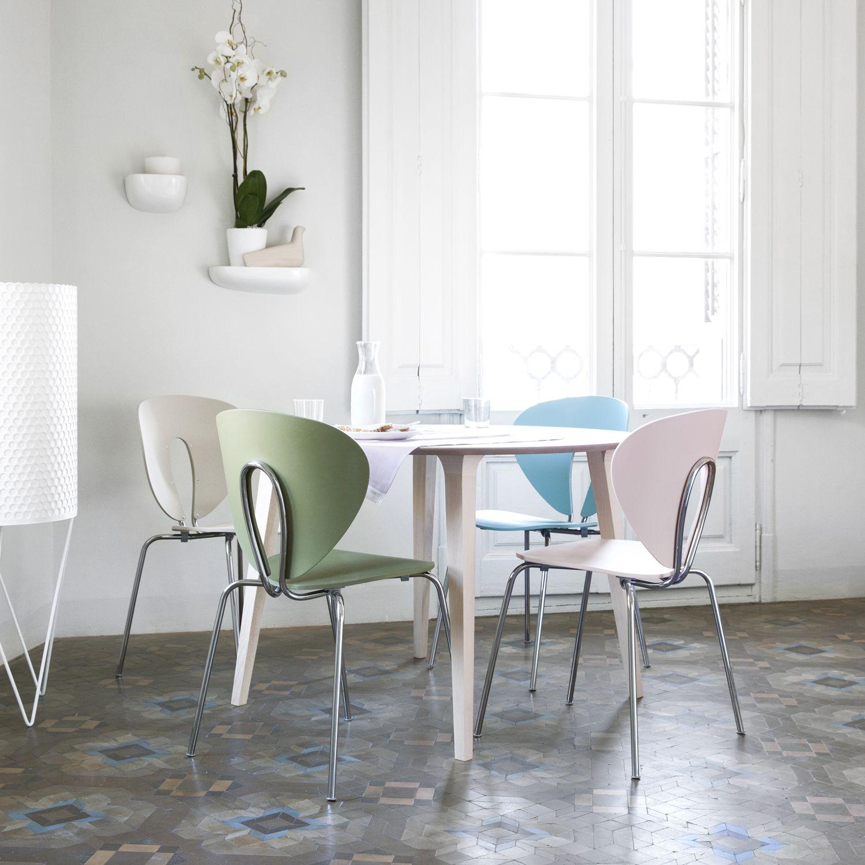 STUA Globus Polypropylene Chair around a Lau table in Spanish apartment