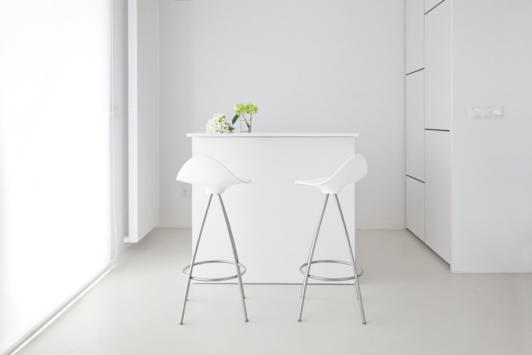 STUA Onda swivel monochrome bar stool in a white interior