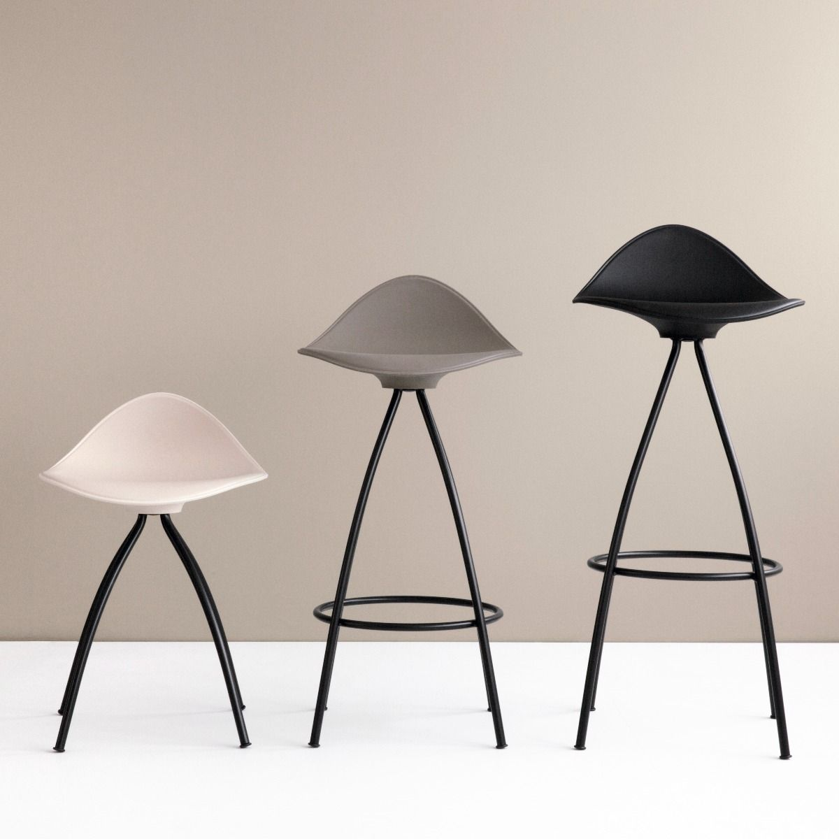 STUA Onda bar stool with black legs, showing all three heights